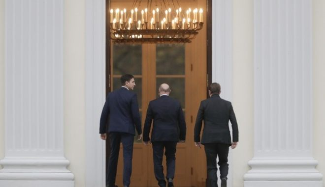 Chairman of the Social Democratic party, Martin Schulz, center,  arrives for a meeting with German President Frank-Walter Steinmeier, at the presidential residence Bellevue palace, in Berlin, Thursday, Nov. 23, 2017. (AP Photo/Markus Schreiber)