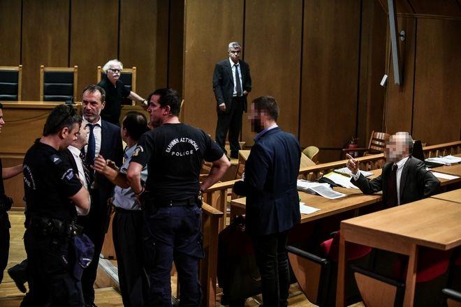 Φραστικό επεισόδιο μεταξύ του συνηγόρου υπεράσπισης του Νίκου Μίχου και των συνηγόρων υπεράσπισης των υπολοίπων κατηγορουμένων.
