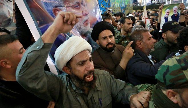 Ιρανοί φωνάζουν αντιαμερικανικά συνθήματα κατα τη διάρκεια της κηδείας του Σουλεϊμανί.