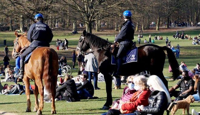 Κόσμος και έφιπποι αστυνομικοί σε πάρκο των Βρυξελλών