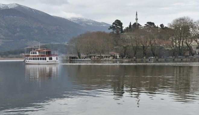 Στιγμιότυπο από το νησάκι της Λίμνης Παμβώτιδας στην πόλη των Ιωαννίνων. (EUROKINISSI/ΣΥΝΕΡΓΑΤΗΣ)