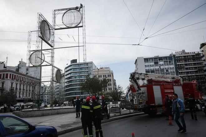 Άνδρας ανέβηκε σε γλυτπό που βρίσκεται στην πλατεία της Ομόνοιας και απειλεί να αυτοκτονήσει