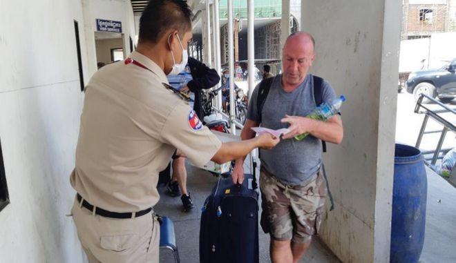 Αρμόδιες αρχές στην Καμπότζη, μοιράζουν μάσκες σε τουρίστες, λόγω της έξαρσης του νέου κοροναϊού