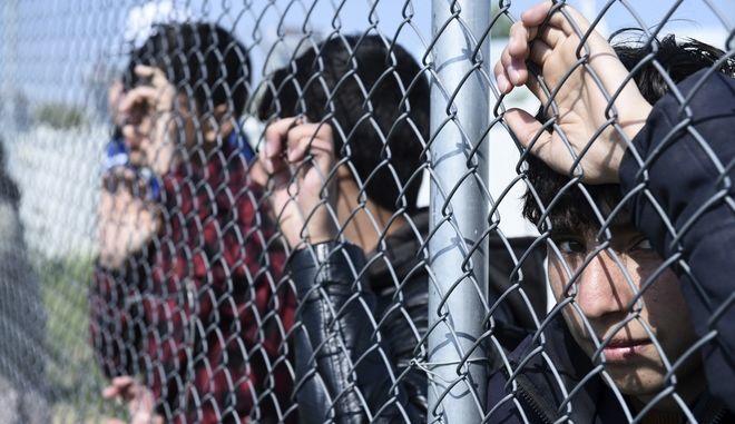 Μετανάστες σε καμπ φιλοξενίας
