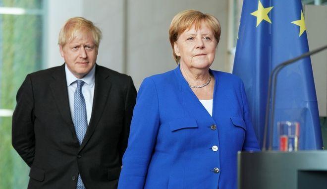 Η Γερμανίδα καγκελάριος Άνγκελα Μέρκελ και ο Βρετανός πρωθυπουργός Μπόρις Τζόνσον σε συνέντευξη Τύπου στο Βερολίνο