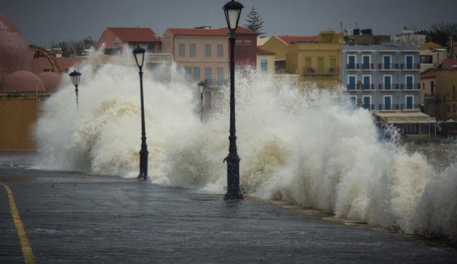 Σε κατάσταση έκτακτης ανάγκης ο Νομός Χανίων από το ισχυρό κύμα κακοκαιρίας Χιόνη.Δυνατός αέρας,κύματα στο λιμάνι των Χανίων,κατολισθήσεις και πλημμύρες.