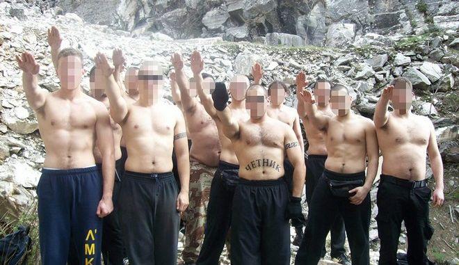 """Ντοκουμέντα-φωτιά, όπλα και ναζιστικοί χαιρετισμοί """"καίνε"""" μέλη της Χρυσής Αυγής"""