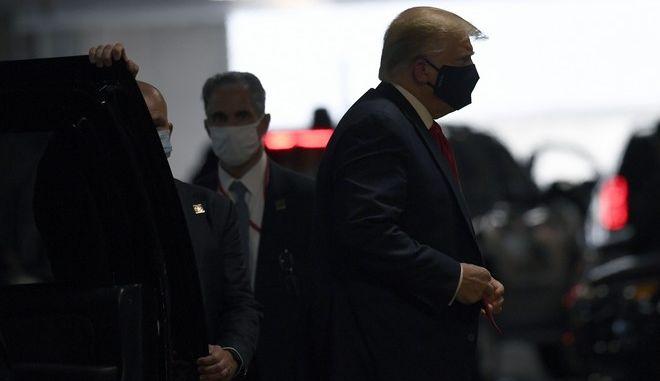 Ο Τραμπ φόρεσε μάσκα και επισκέφθηκε τον άρρωστο αδελφό του στο νοσοκομείο