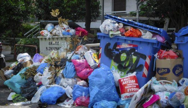 """""""Βουνό"""" τα σκουπίδια στην Αθήνα"""
