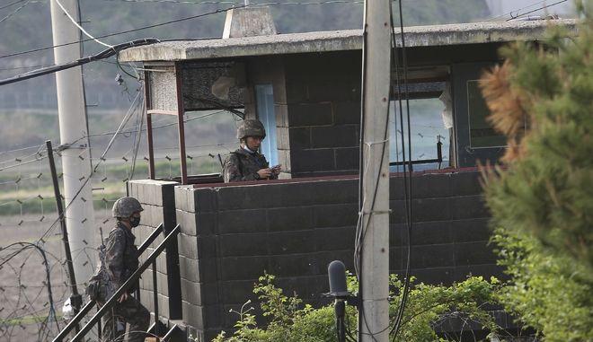 Στρατιώτες στα σύνορα Βόρειας και Νότιας Κορέας.
