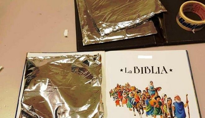 Μετέφερε 2,5 κιλά κοκαΐνης κρυμμένη μέσα σε παιδικά βιβλία και ντοσιέ