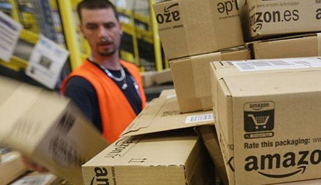 Στην Ιταλία η Amazon πέρασε 'έξυπνο βραχιολάκι' στους εργαζόμενους για να τους ελέγχει