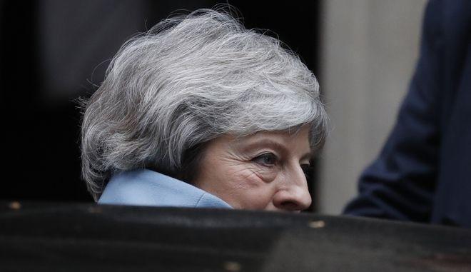 Η Βρετανίδα πρωθυπουργός Τερέσα Μέι φεύγοντας από τη Ντάουνινγκ Στριτ