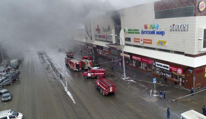 Φονική πυρκαγιά σε εμπορικό κέντρο στη Σιβηρία (Russian Ministry for Emergency Situations photo via AP)