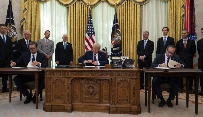 Ο Ντόναλντ Τραμπ με τον πρόεδρο της Σερβίας Βούτσιτς και τον πρωθυπουργό του Κοσόβου Χότι κατά την υπογραφή συμφωνίας στον Λευκό Οίκο
