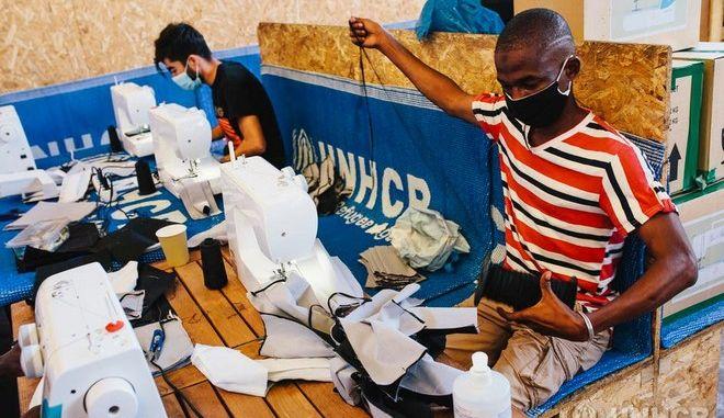 """Πρόσφυγες στη Χίο φτιάχνουν εθελοντικά μάσκες για τον covid-19: """"Το κάνω γιατί νοιάζομαι"""""""