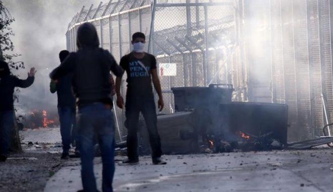 Λέσβος: Κάηκε και εκκενώθηκε το hot spot μεταναστών στη Μόρια