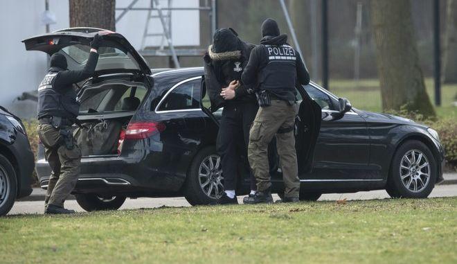 Άγνωστο πρόσωπο προσάγεται στο ομοσπονδιακό ανώτατο δικαστήριο από αστυνομικούς στην Καρλσρούη της Γερμανίας το Σάββατο 15 Φεβρουαρίου του 2020