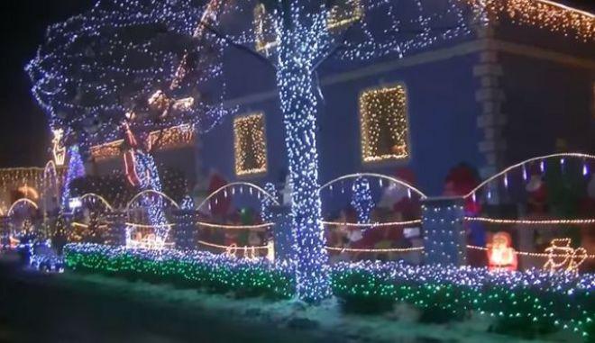 Χριστουγεννιάτικη αποθέωση: Στόλισε το σπίτι του με πάνω από 150.000 λαμπιόνια