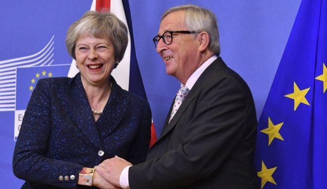 Ο επικεφαλής της Ευρωπαϊκής Επιτροπής Ζαν Κλοντ Γιούνκερ μαζί με τη βρετανίδα πρωθυπουργό Τερέζα Μέι