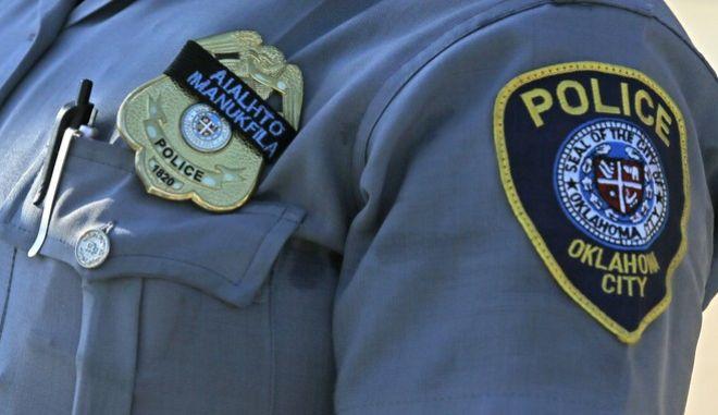 Αμερικανίδα αστυνομικός σε πορεία κατά των θυμάτων αστυνομικής βίας