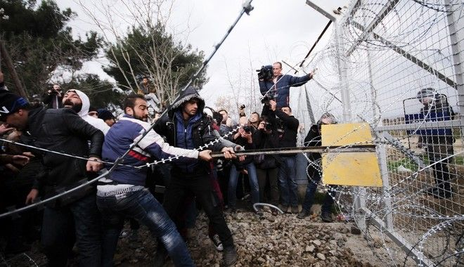 Tension at Idomeni, next to the Greek-F.Y.R.O. Macedonia borders, where some 7000 refugees and migrants are blocked after the borders to exit Greece were closed by FYROM. Idomeni, Greece, on Feb. 29, 2016 /      7000             . , 29 , 2016