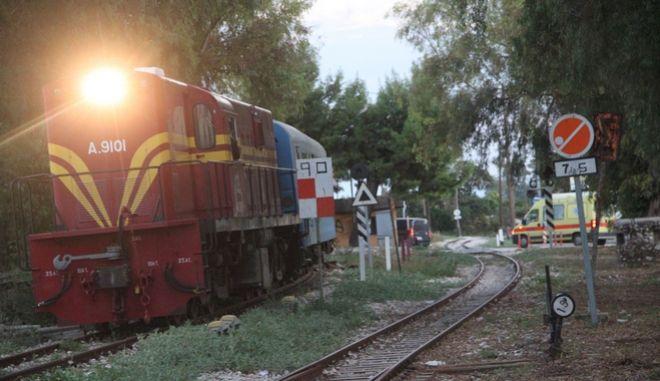 ΑΡΓΟΛΙΔΑ-Περίπου 100 Άγγλοι φίλοι του σιδηροδρόμου έκαναν το γύρο της Πελοποννήσου με τρένο. Η εκδρομή καλύπτε όλο το σιδηροδρομικό δίκτυο της Πελοποννήσου και οι τουρίστες γνώρισαν όλους τους αρχαιολογικούς χώρους της περιοχής. Το ταξίδι ξεκίνησε την Κυριακή 5 Οκτωβρίου και  ολοκληρώθηκε την Κυριακή 12 Οκτωβρίου. Ξεκίνησε από την Πάτρα και η πρώτη διανυκτέρευση έγινε στην Αρχαία Ολυμπία. Το τρένο πέρασε από τον Πύργο και έφθασε στην Κυπαρισσία .Την Τετάρτη 8/10 ξεκίνησε από την Καλαμάτα πέρασε από Μεγαλόπολη, Τρίπολη, Άργος και κατέληξε στο Ναύπλιο.  Το Σάββατο 11 Οκτωβρίου το τουριστικό τρένο αρχίζει το ταξίδι της επιστροφής, στη διαδρομή Άργος - Τρίπολη - Ζευγολατιό - Κυπαρισσία, όπου έχει προγραμματιστεί και διανυκτέρευση. Την Κυριακή 12 του μήνα η επιστροφή θα ολοκληρωθεί με το ταξίδι Κυπαρισσία - Πύργος - Πάτρα. Είναι η μεγαλύτερη σε διάρκεια εκδρομή (από Κυριακή σε Κυριακή) που έχει οργανωθεί μέχρι τώρα από την ΤΡΑΙΝΟΣΕ και καλύπτει όλο το σιδηροδρομικό δίκτυο, της Πελοποννήσου.Φωτογραφία από την 'άφιξη του τρένου  στον σταθμό του ΟΣΕ στο Άργος.(eurokinissi-Βασίλης Παπαδόπουλος)