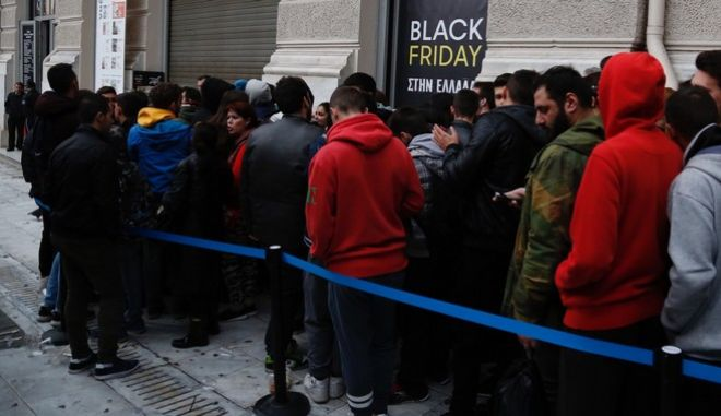"""Κόσμος έξω από το κατάστημα Public για τις προσφόρες της """"Black Friday"""""""