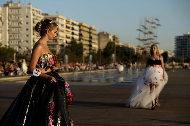 Catwalk with clothes made from recyclable materials and inspired by Hollywood films, in front of George Zongolopoulos' umbrellas sculpture, in Thessaloniki, Greece on September 6, 2017. /  « /  3»                  , , 6  2017.