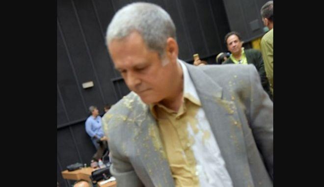 Ο Θάνος Τζήμερος με τον καφέ στα ρούχα μετά το επεισόδιο που είχε με τον Γιώργο Πρωτούλη