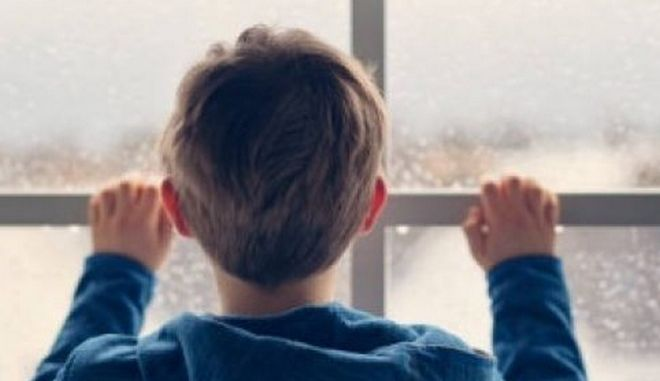Κρήτη: Κλείδωσαν τον 8χρονο γιο τους στο μπάνιο και έφυγαν από το σπίτι