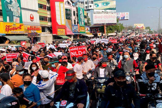 Πάνω από χίλιοι άνθρωποι διαδηλώνουν για 3η συνεχόμενη ημέρα εναντίον του στρατιωτικού πραξικοπήματος στη Ρανγκούν, 8 Φεβρουαρίου 2021.