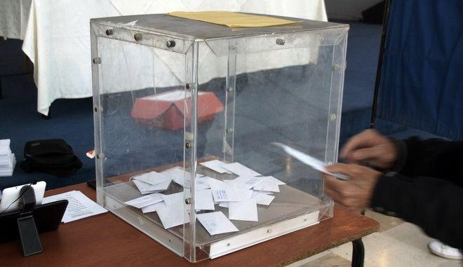 Ο υποψήφιος για το νέο φορέα της Κεντροαριστεράς Νίκος Ανδρουλάκης ψηφίζει στην Ρόδο την Κυριακή 12 Νοεμβρίου 2017. (EUROKINISSI/RODOSPRESS.GR/ΑΡΓΥΡΗΣ ΜΑΝΤΙΚΟΣ)