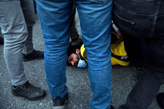 Τούρκοι αστυνομικοί συλλαμβάνουν φοιτητές κατά τη διάρκεια διαδηλώσεων για το διορισμό κυβερνητικού στελέχους ως πρύτανη στο Πανεπιστήμιο Bogazici, 2 Φεβρουαρίου 2021.