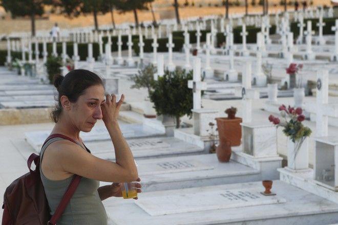 Μια γυναίκα κλαίει στους τάφους των Ελληνοκύπριων πεσόντων στον Τύμβο της Μακεδονίτισσας, στη Λευκωσία