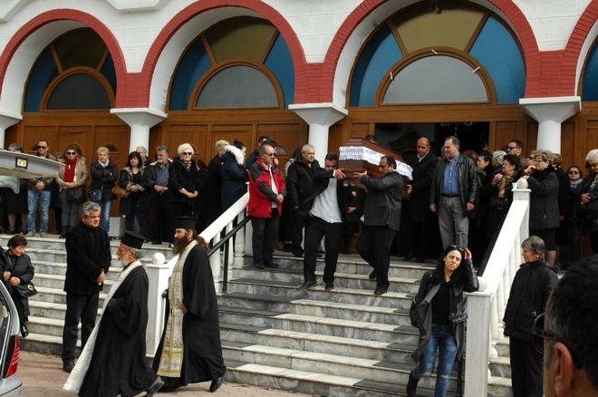 Κηδεία της 33χρονης Αποστολίας Παπαδοπούλου και του τρίχρονου παιδιού της Παύλου, την Τετάρτη 1 Μαρτίου 2017, στον Ιερό ναό Αγίας Σκέπης, στην Πτολεμαΐδα. Η 33χρονη και ο γιος της έχασαν την ζωή τους στο πολύνεκρο τροχαίο, στο 83ο χιλιόμετρο της εθνικής οδού Αθηνών Λαμίας, όταν αυτοκίνητο μάρκας Porsche, που οδηγούσε ο Γιώργος Βακάκης, μπήκε στον παράδρομο του πάρκινγκ με ιλιγγιώδη ταχύτητα και συγκρούστηκε με το σταθμευμένο. Τα δύο αυτοκίνητα τυλίχτηκαν στις φλόγες με αποτέλεσμα να χάσουν τη ζωή τους τέσσερις άνθρωποι. (EUROKINISSI)