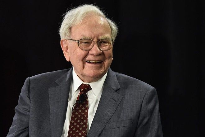 epa04696379 Nebraska Furniture Mart and Berkshire Hathaway, CEO Warren Buffett answers questions for a crowd inside his new North Texas store for a cancer benefit in The Colony, Texas, USA, 08 April 2015. There are currently only three Nebraska Furniture Mart stores in United States with the new store in Texas will be the fourth.  EPA/LARRY W. SMITH
