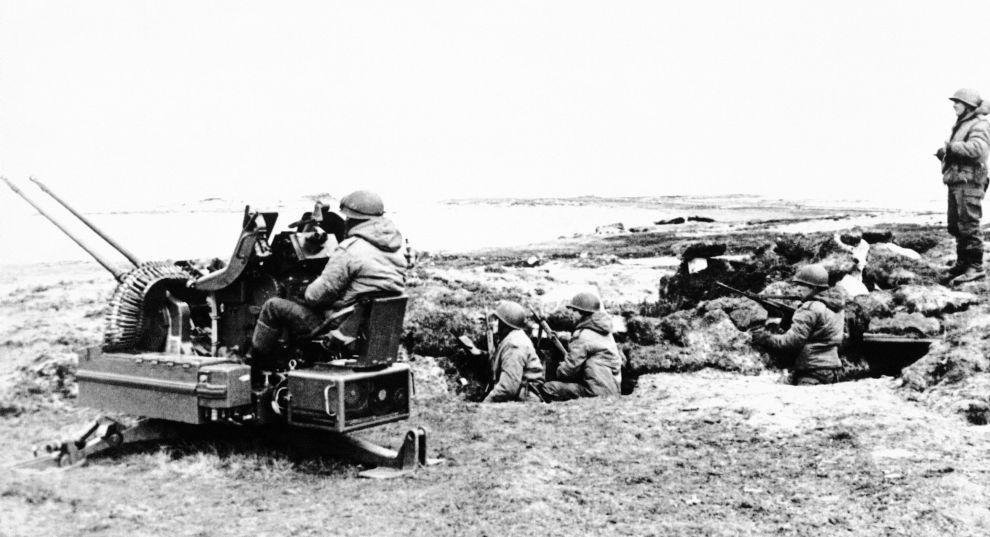 Αργεντίνοι στρατιώτες στις ακτές των Φώκλαντ με αντιαεροπορικό όπλο (8/5/1982).