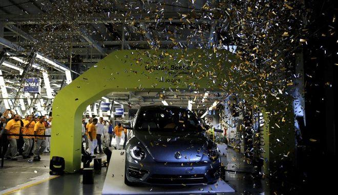 """Το τελευταίο """"κατσαριδάκι"""" που βγήκε από το εργοστάσιο της Volkswagen στο Μεξικό"""