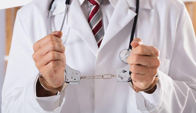 """Συνελήφθησαν γιατρός και """"μαϊμού"""" δικηγόρος για εικονικές συνταγογραφήσεις"""