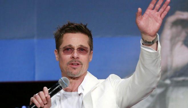 "Actor Brad Pitt waves to fans during the Japan premiere of his film ""War Machine"" in Tokyo, Tuesday, May 23, 2017. (AP Photo/Shizuo Kambayashi)"