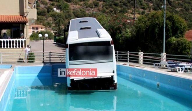 Βουτιά τουριστικού λεωφορείου σε πισίνα ξενοδοχείου