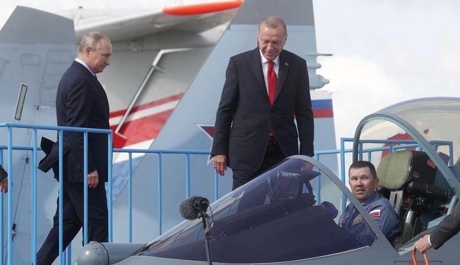 Βλαντιμίρ Πούτιν και Ταγίπ Ερντογάν επιθεωρούν έναν Sukho Su-57