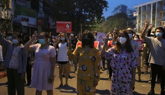 Διαδηλωτές κατά του πραξικοπήματος στη Μιανμάρ