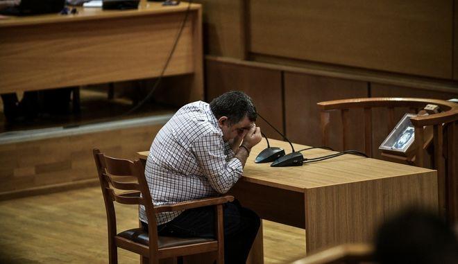 Στιγμιότυπο από την απολογία του Γιώργου Ρουπακιά για τη δολοφονία του Παύλου Φύσσα, στην δίκη της Χρυσής Αυγής