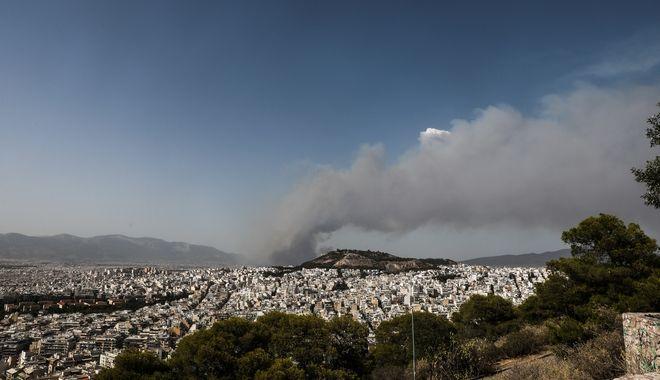 Η φωτιά στην Βαρυμπόμπη όπως φαίνεται από τον λόφο του Λυκαβηττού
