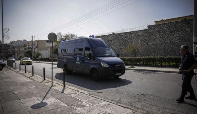 Η κλούβα της Ελληνικής Αστυνομίας που μεταφέρει τον πρωην υπουργό Γιάννο Παπαντωνίου και την σύζυγός του Σταυρούλα Κουράκου, στις φυλακές Κορυδαλλού την Τετάρτη 24 Οκτωβρίου 2018, μετά την απόφαση των δικαστικών αρχών να κριθούν προσωρινά κρατούμενοι για υπόθεση παράνομων πληρωμών στο πλαίσιο προμήθειας εξοπλιστικών προγραμμάτων.  (EUROKINISSI/ΣΤΕΛΙΟΣ ΜΙΣΙΝΑΣ)