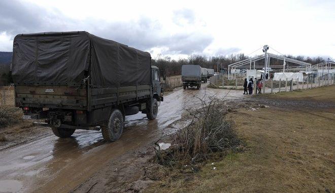 Μονάδες του στρατού της Βοσνίας μετέφεραν και έστησαν πρόχειρες σκηνές για να στεγάσουν εκατοντάδες πρόσφυγες
