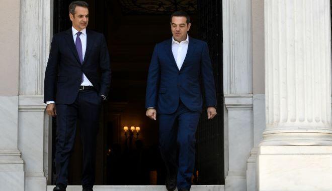 Ο Κυριάκος Μητσοτάκης και ο Αλέξης Τσίπρας στην είσοδο του Μαξίμου
