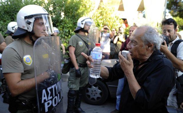Διαδηλωτές στο σπίτι του Χρήστου Παπουτσή